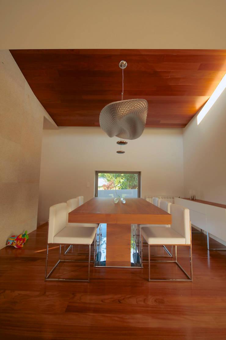 House SM Feira: Salas de jantar  por Urban Core