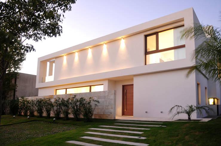 Villas de estilo  por Ramirez Arquitectura