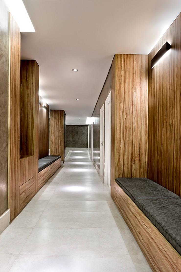 Corredor: Hospitais  por SAINZ arquitetura,Moderno