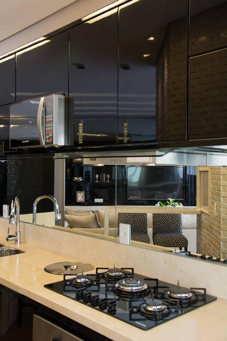 Projeto com toques masculinos para um jovem solteiro: Cozinhas  por marli lima designer de interiores
