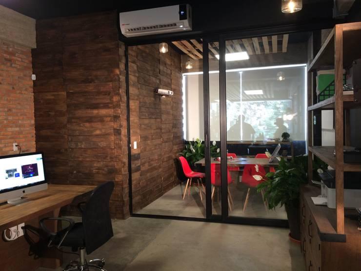 Projekty,  Biurowce zaprojektowane przez VICTORIA PLASENCIA INTERIORISMO, Rustykalny Plastik