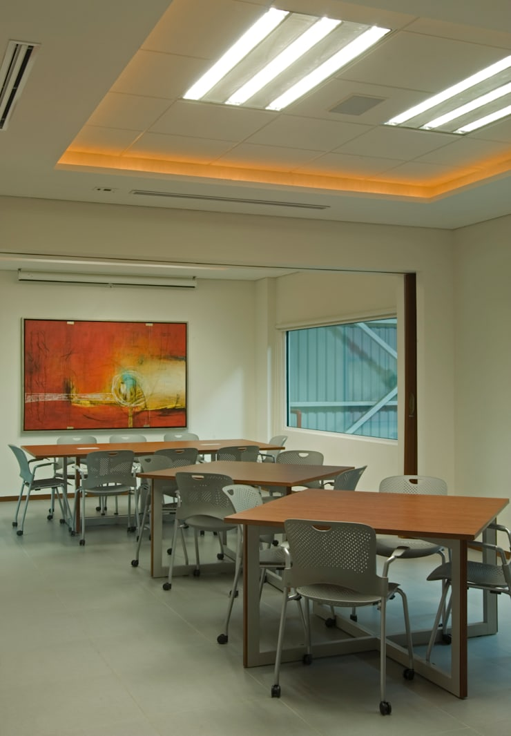 Comedor Area Empleados: Edificios de Oficinas de estilo  por VICTORIA PLASENCIA INTERIORISMO