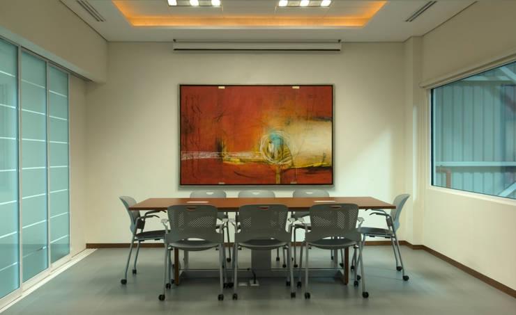 Sala de Juntas personal: Edificios de Oficinas de estilo  por VICTORIA PLASENCIA INTERIORISMO