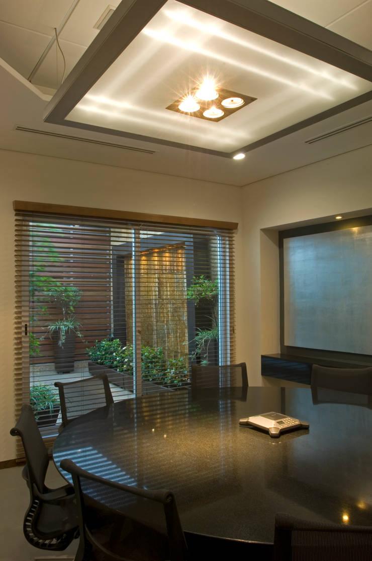 Sala de Juntas con terraza: Edificios de Oficinas de estilo  por VICTORIA PLASENCIA INTERIORISMO