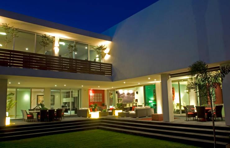 Terraza: Balcones y terrazas de estilo  por VICTORIA PLASENCIA INTERIORISMO