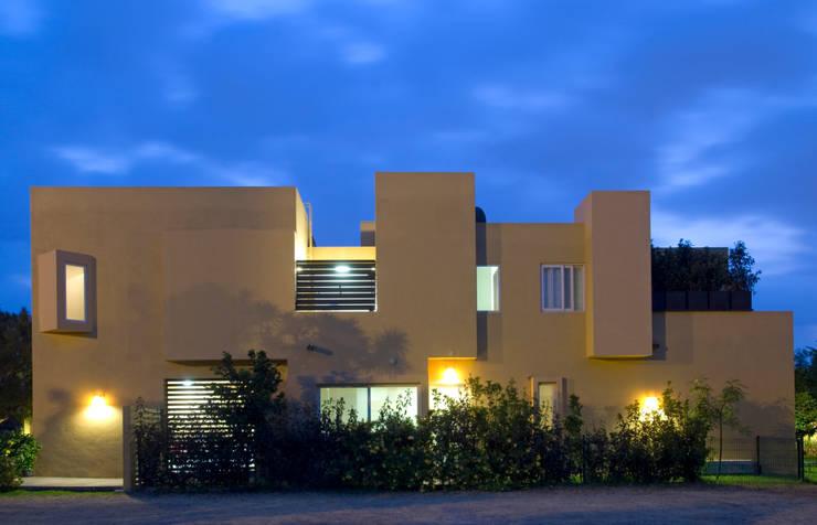 Fachada lateral: Casas de estilo moderno por VICTORIA PLASENCIA INTERIORISMO