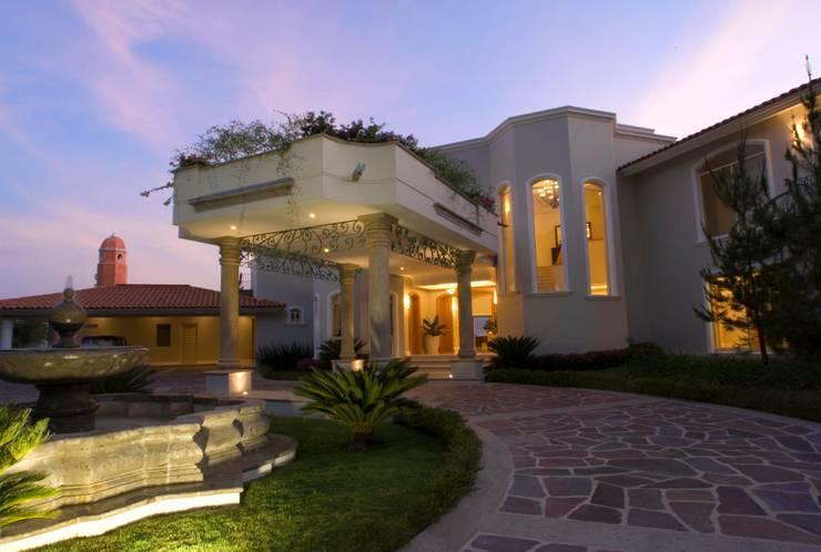 Fachada: Balcones y terrazas de estilo  por VICTORIA PLASENCIA INTERIORISMO