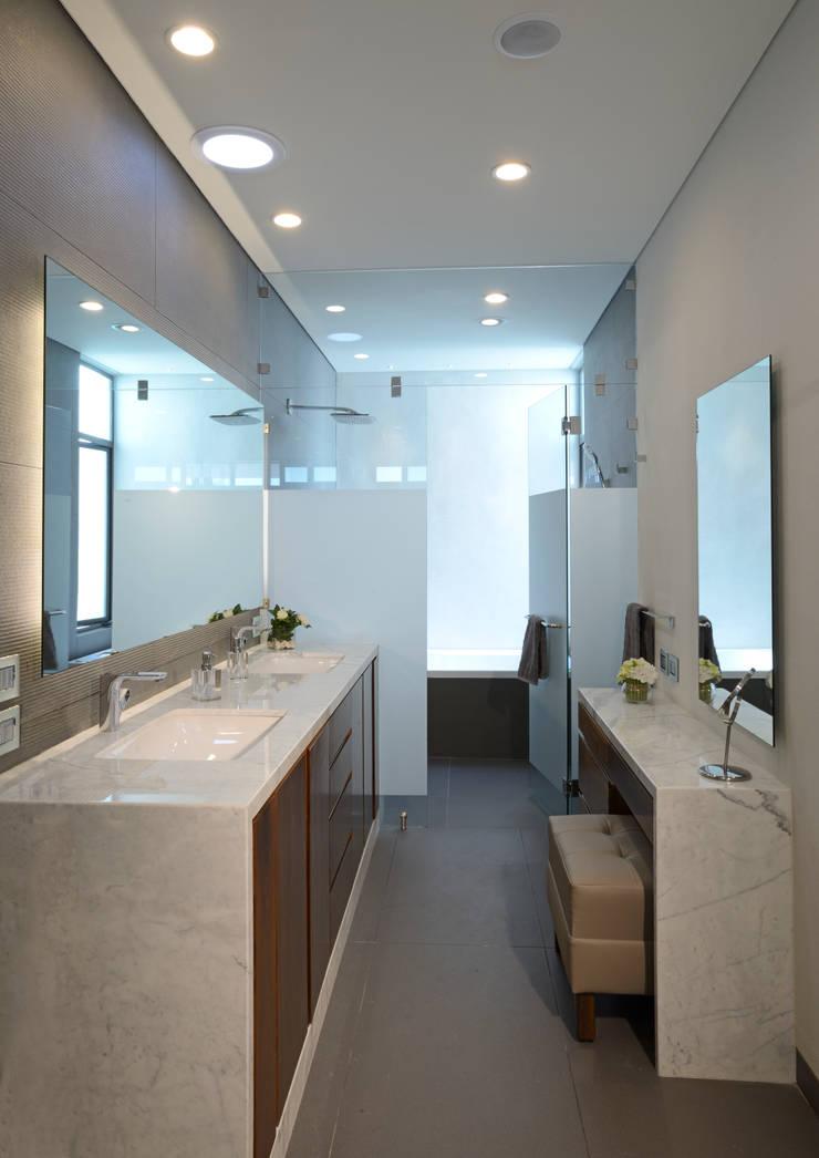 Baño Principal: Baños de estilo  por VICTORIA PLASENCIA INTERIORISMO