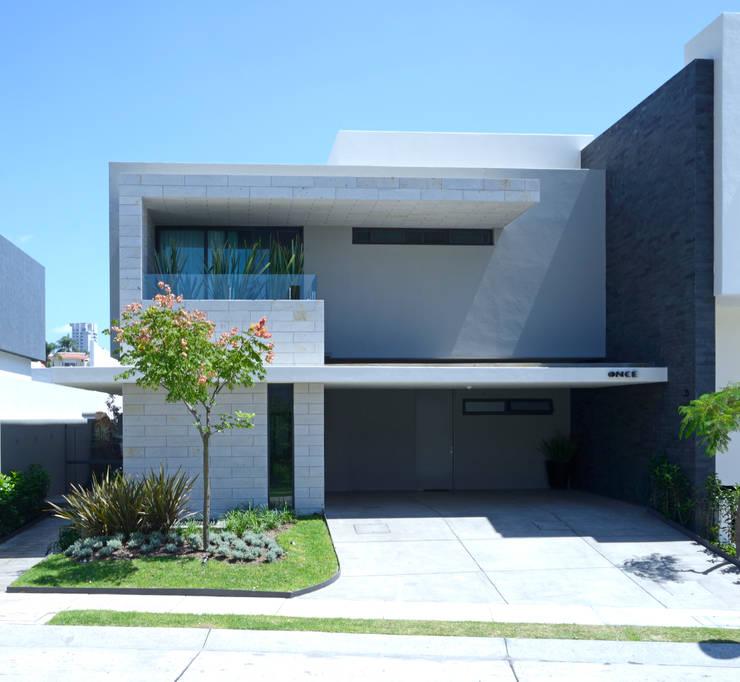 Fachada: Paisajismo de interiores de estilo  por VICTORIA PLASENCIA INTERIORISMO