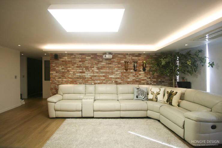120인치 스크린이 우리집 거실에, 40py 모던한 인테리어 : 홍예디자인의  거실