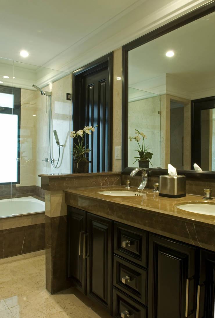 Phòng tắm theo VICTORIA PLASENCIA INTERIORISMO, Kinh điển Đá hoa