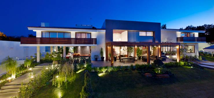 Fachada casa Bosques: Paisajismo de interiores de estilo  por VICTORIA PLASENCIA INTERIORISMO