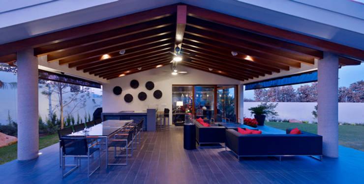 Balcones, porches y terrazas de estilo  por VICTORIA PLASENCIA INTERIORISMO