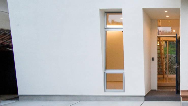 エントランス: 優人舎一級建築士事務所が手掛けた窓です。