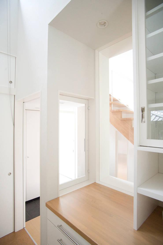 キッチン裏のカウンター: 優人舎一級建築士事務所が手掛けたキッチンです。
