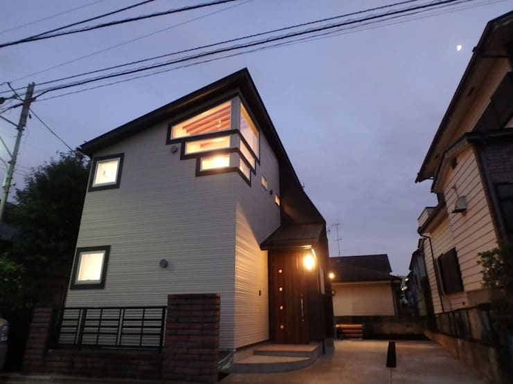 「帰って来た」を実感するエントランス: 一級建築士事務所 鍵山建築設計が手掛けた玄関&廊下&階段です。