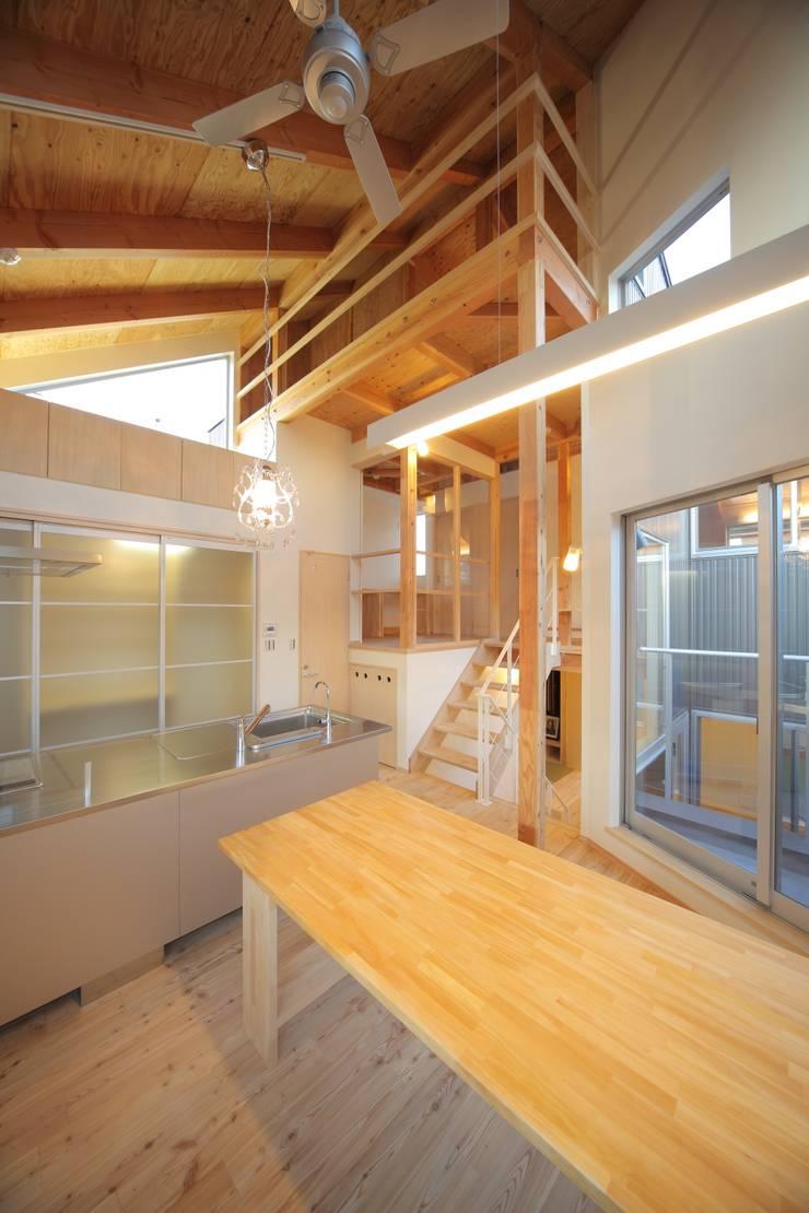 ダイニングキッチン: 建築工房 at easeが手掛けたダイニングルームです。
