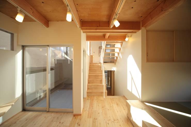 リビング: 建築工房 at easeが手掛けたリビングルームです。
