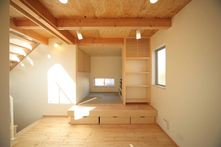 たたみコーナー: 建築工房 at easeが手掛けたリビングルームです。