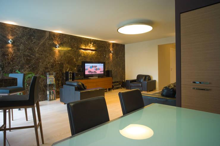 Большой потолочный светильник в гостиной: Гостиная в . Автор – Ал