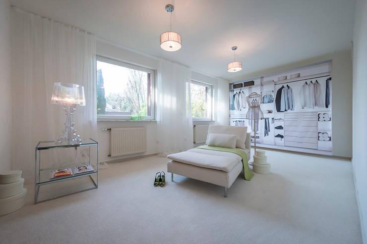 Villa in Alzey: moderne Schlafzimmer von Cornelia Augustin Home Staging