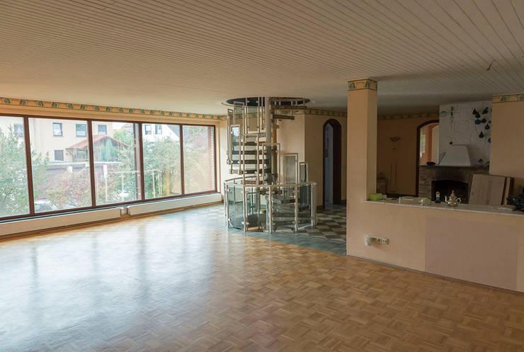 Villa in Alzey: moderne Wohnzimmer von Cornelia Augustin Home Staging