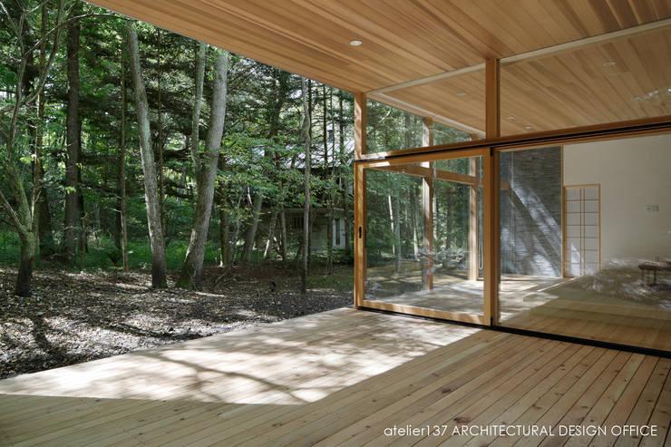 040軽井沢Cさんの家(増築): atelier137 ARCHITECTURAL DESIGN OFFICEが手掛けたベランダです。