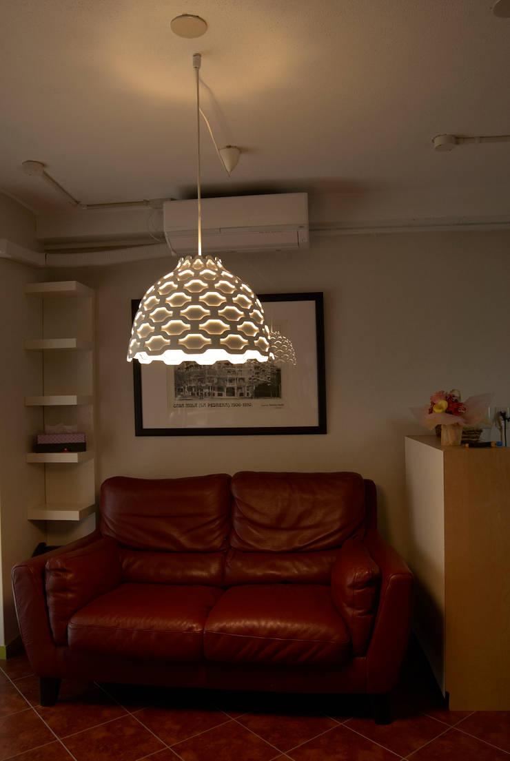 ウェイティングルーム: モノマ建築設計事務所が手掛けたオフィススペース&店です。