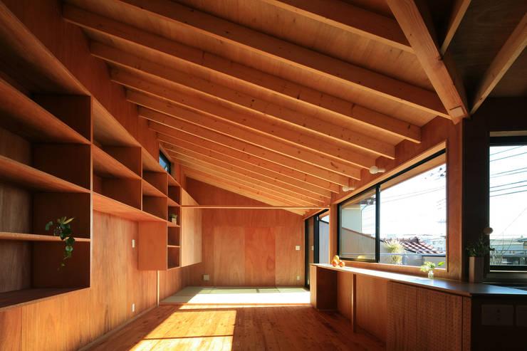 Projekty,  Salon zaprojektowane przez andfujiizaki一級建築士事務所