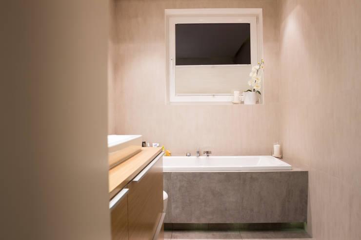 Realizacja wnętrz mieszkania  w Tychach: styl , w kategorii Łazienka zaprojektowany przez Architekt Adam Wawoczny