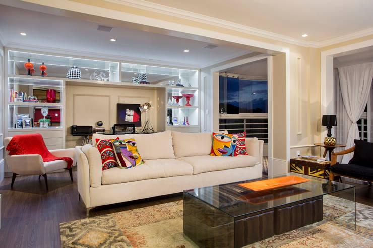 Living: Salas de estar  por Priscila Koch Arquitetura + Interiores,