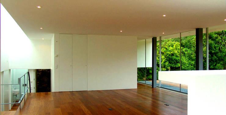 Sala: Salas de estar modernas por MANUEL CORREIA FERNANDES, ARQUITECTO E ASSOCIADOS