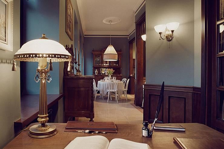 Квартира для ценителей петербургского стиля: Коридор и прихожая в . Автор – Студия братьев Жилиных