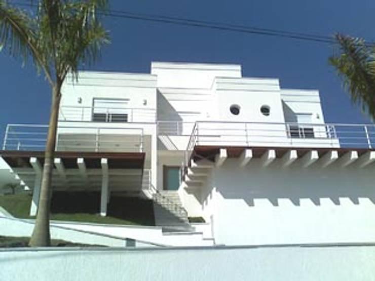Residência Mike - Arujá: Casas  por Henrique Thomaz Arquitetura e Interiores