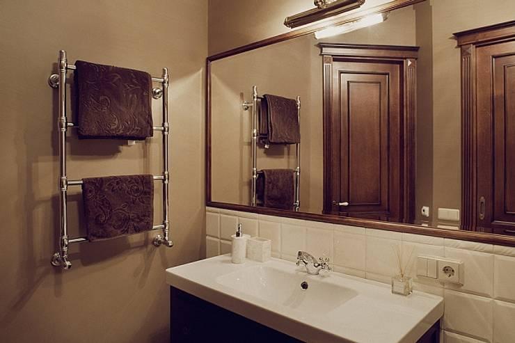 Квартира для ценителей петербургского стиля: Ванные комнаты в . Автор – Студия братьев Жилиных