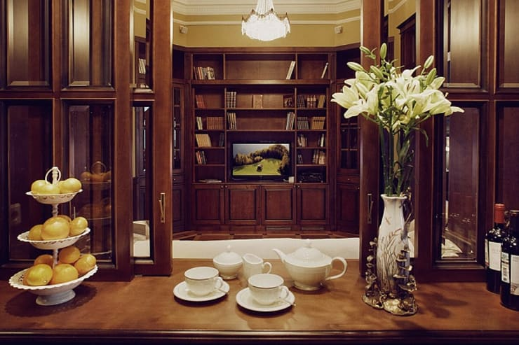 Квартира для ценителей петербургского стиля: Гостиная в . Автор – Студия братьев Жилиных