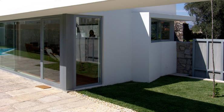 Jardim: Jardins  por MANUEL CORREIA FERNANDES, ARQUITECTO E ASSOCIADOS,Moderno