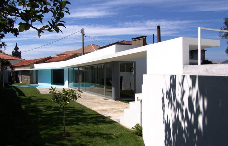 Fachada: Casas  por MANUEL CORREIA FERNANDES, ARQUITECTO E ASSOCIADOS,Moderno