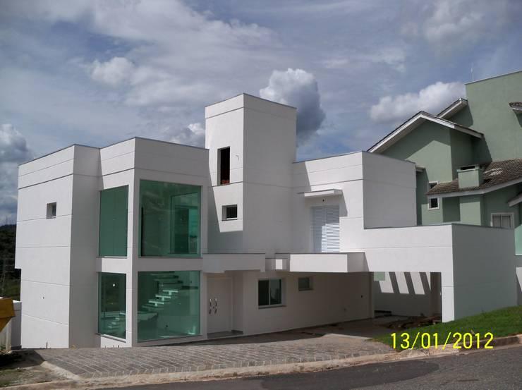 Residência MAdruga 1: Casas  por Henrique Thomaz Arquitetura e Interiores