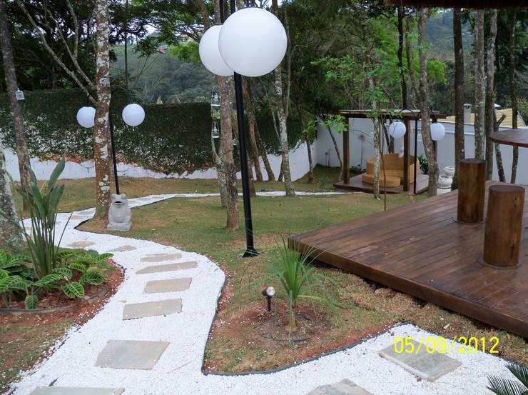 Paisagismo Arujá 1: Jardins tropicais por Henrique Thomaz Arquitetura e Interiores
