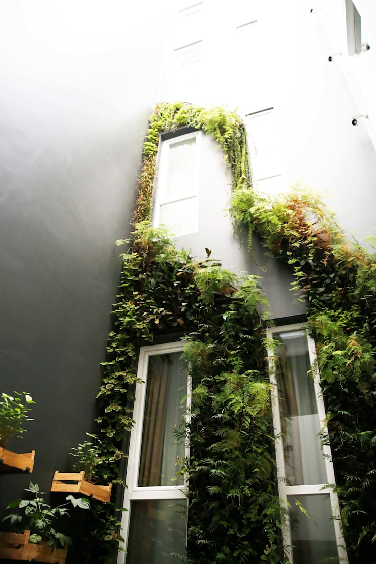 Internacional Design Hotel (Rua da Betesga, 3, 1100-090 Lisboa): Hotéis  por LC Vertical Gardens