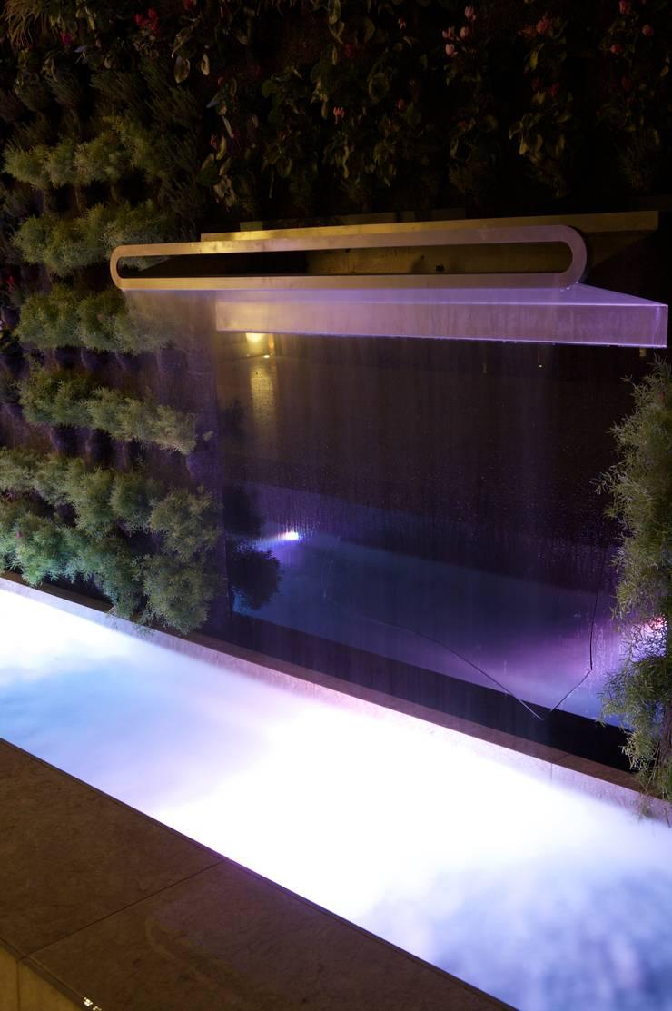 Casa Feng Shui * Quinta do Lago - Algarve: Jardim  por LC Vertical Gardens