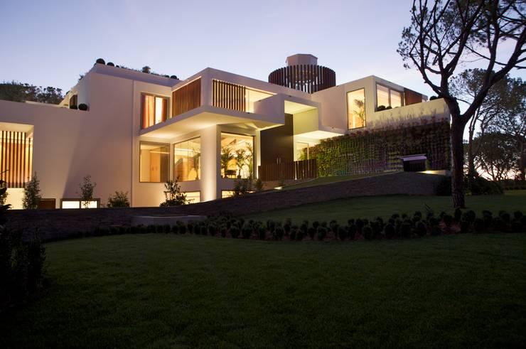 Casa Feng Shui * Quinta do Lago – Algarve: Jardim  por LC Vertical Gardens