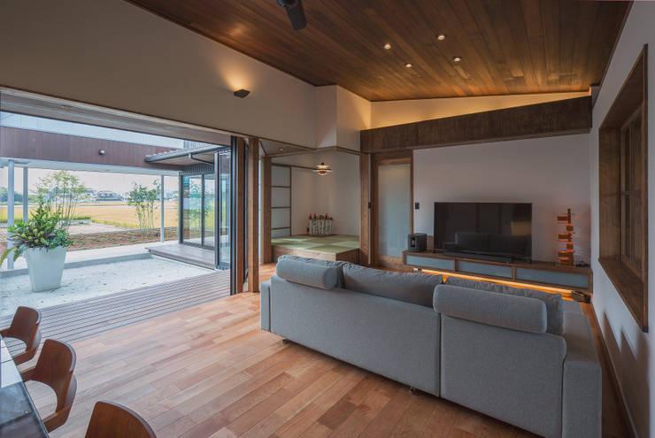 藤井下組の家: 空間設計室/kukanarchiが手掛けたリビングです。