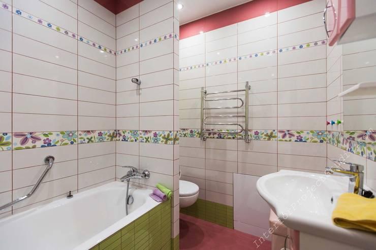 Ванная комната при спальне девочки:  в . Автор – Аврора - частный дизайнер интерьера (ИП)