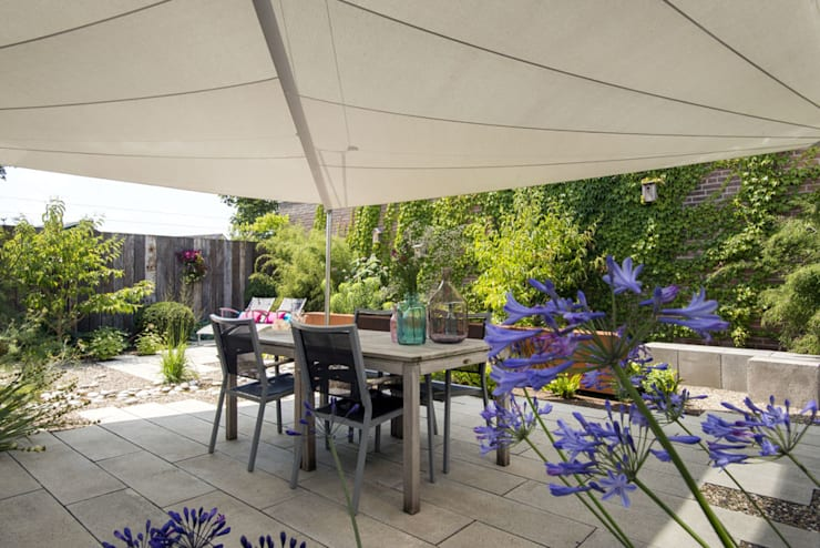 Natuurlijke kleine tuin Sleeuwijk:  Tuin door De Rooy Hoveniers
