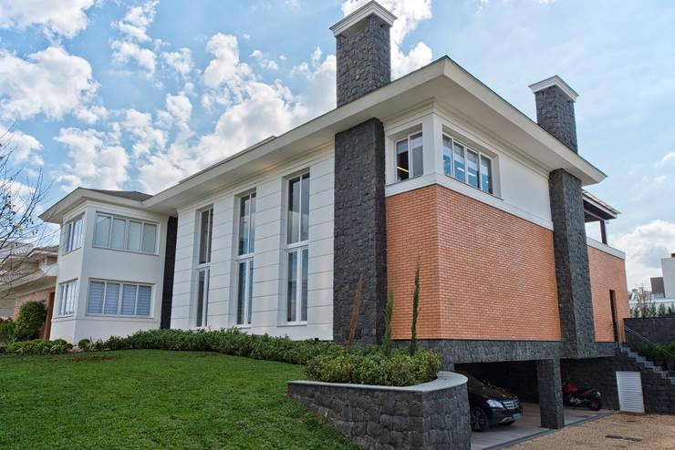 VISTA LATERAL: Casas clássicas por UNION Architectural Concept