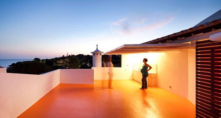 Casa no Levante:   por Camarim Arquitectos