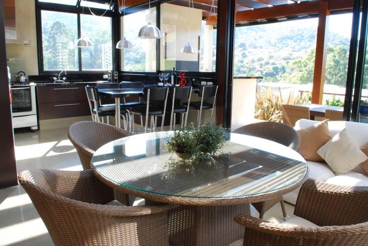 Residência Alphasitio: Cozinhas  por GRACIELA PIÑERO ARQUITETURA E DECORAÇÃO