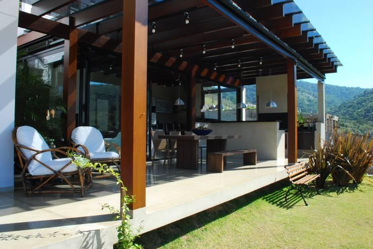 Residência Alphasitio: Terraços  por GRACIELA PIÑERO ARQUITETURA E DECORAÇÃO